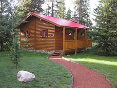 A picture of a pine log cabin.